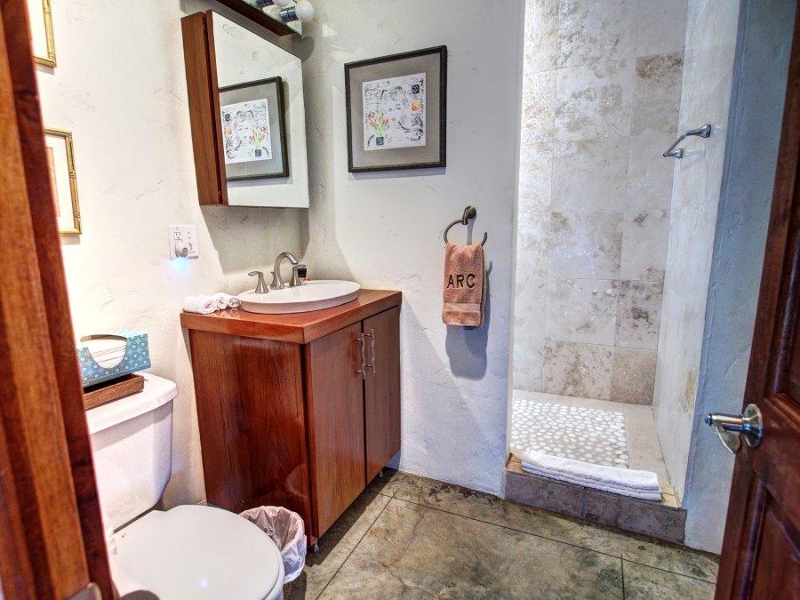 Upstairs guest bedroom's en-suite bath.